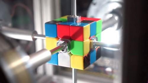 Ρομπότ έκανε παγκόσμιο ρεκόρ λύνοντας τον κύβο του Ρούμπικ σε 0,38'' (vid)
