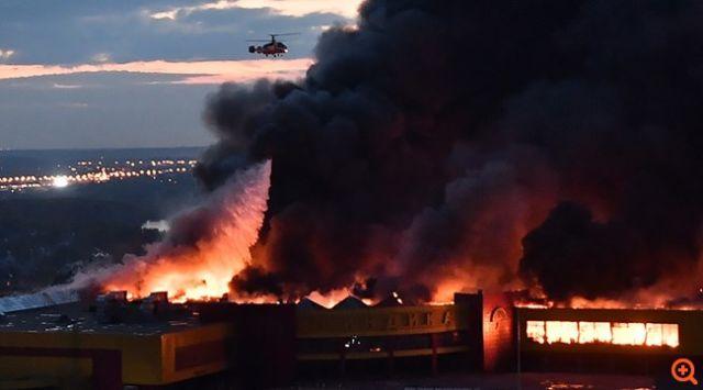 Κόλαση φωτιάς στη Μόσχα, καίγεται εμπορικό κέντρο