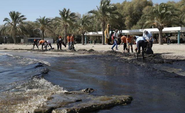 Συναγερμός για την πετρελαιοκηλίδα, έφθασε μέχρι τη Βούλα