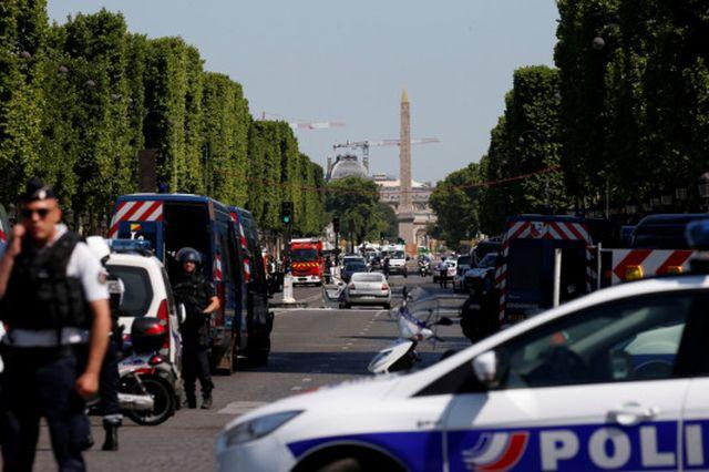 Συναγερμός στο Παρίσι: Αυτοκίνητο έπεσε σε βαν της αστυνομίας