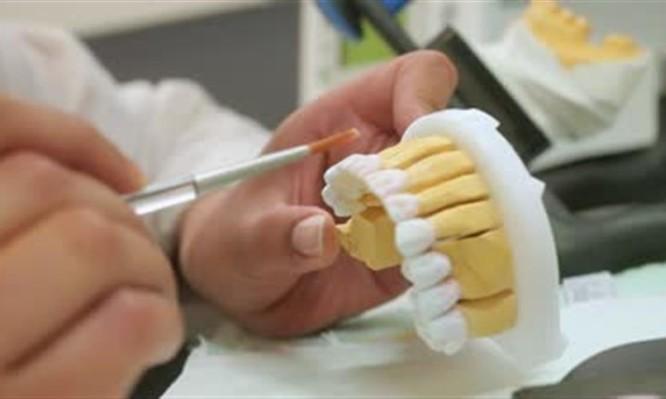 Μήνυση σε παράνομο οδοντοτεχνίτη έκανε ο Οδοντιατρικός Σύλλογος Αττικής