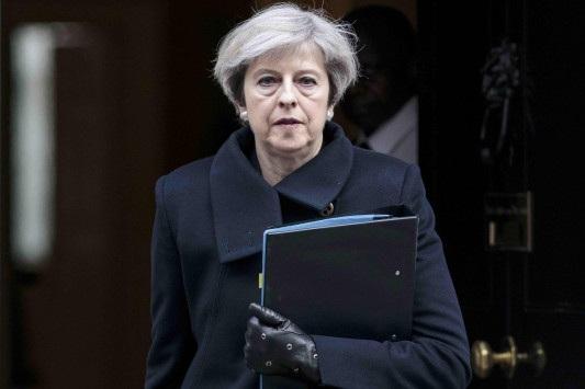«Τέλος» βάζει η Μέι στην ελεύθερη μετακίνηση πολιτών από ΕΕ