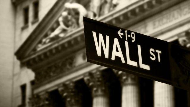 Ο Τραμπ ρίχνει την Wall, οι επενδυτές στρέφονται στον χρυσό