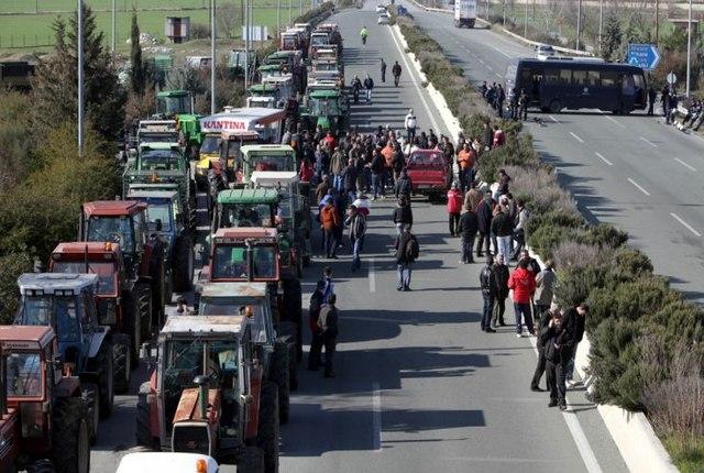 Στη «μέγγενη» οι αγρότες: Στο 24% ο ΦΠΑ για τα αγροτικά εφόδια