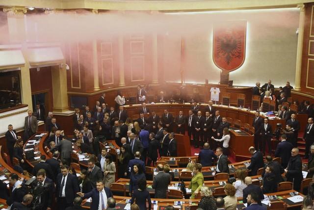 Αλβανία: Κάπνογόνα μέσα στη Βουλή! (vid)