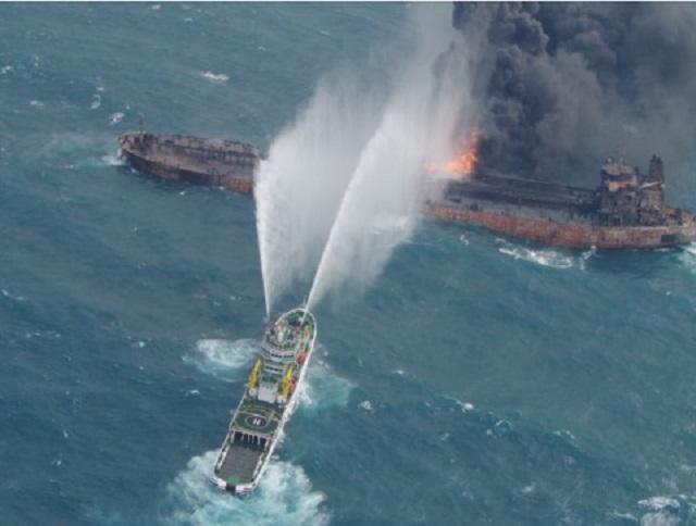 Κινέζοι βρήκαν δύο πτώματα από το φλεγόμενο δεξαμενόπλοιο